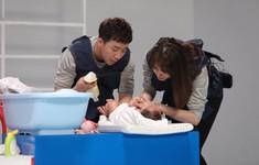 Khi đàn ông mang bầu: Trấn Thành - Hari bấn loạn khi lần đầu tiên tắm cho bé sơ sinh