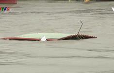 Chưa thể trục vớt sà lan bị chìm trên sông Sài Gòn