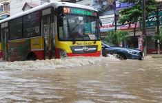 Nhiều tuyến phố Hà Nội ngập nặng sau mưa lớn