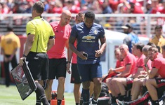 Trụ cột tập tễnh rời sân, Man Utd lo sốt vó