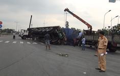 Lật xe đầu kéo, hàng tấn giấy vụn đổ tràn xuống đường dẫn cao tốc