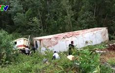 Quảng Bình: Xe container lao xuống vực sâu, 2 người bị thương