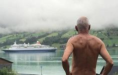 Khỏa thân để phản đối thuyền du lịch đi qua nhà