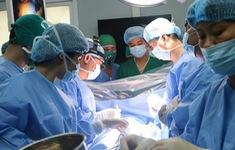 Lần đầu phẫu thuật lồng ngực có sử dụng máy tim phổi nhân tạo