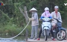Khánh Hòa: Người dân qua sông nhờ... đôi tay trần của người kéo bè