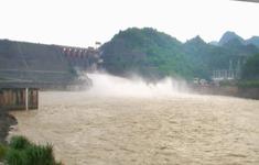 Đóng 1 cửa xả đáy hồ thủy điện Hòa Bình