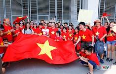 ẢNH: CĐV Việt Nam rộn ràng, rực sắc đỏ trước trận quyết định gặp Olympic Nhật Bản