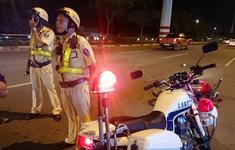 CSGT bị xe máy chạy vào đường cấm tông nhập viện
