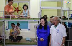 Bộ trưởng Bộ Y tế thăm tặng quà cho các gia đình bệnh nhi trong vụ cháy khu nhà trọ Đê La Thành