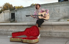 Justin Bieber hát rong trước cung điện Buckingham, Anh