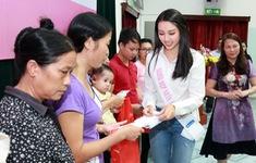 Người đẹp nhân ái HHVN 2018 Thùy Tiên mang Trung thu ấm áp đến BV Nhi TƯ