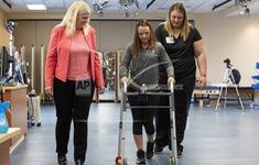 Cấy ghép tủy sống giúp bệnh nhân bị liệt đi lại