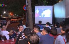 CĐV quê nhà vui mừng trước chiến thắng của Đội tuyển Việt Nam trên sân khách