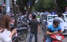 Lộn xộn, ùn tắc trước cổng bệnh viện Việt Đức