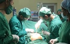 Cô gái 19 tuổi mang khối u buồng trứng nặng gần 10kg