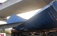 Hiện trường vụ dầm cầu vượt đi bộ đè bẹp container ở TP.HCM