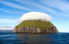 """Kỳ lạ hòn đảo """"đội mây"""" nằm giữa đại dương"""