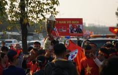Các CĐV hâm nóng bầu không khí phía ngoài sân bay Nội Bài