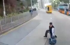 Học sinh Hong Kong (Trung Quốc) rơi khỏi xe bus trường học