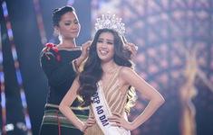Khoảnh khắc H'Hen Niê trao lại vương miện cho tân Hoa hậu Hoàn vũ Nguyễn Trần Khánh Vân