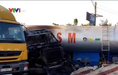 Xe bồn chở nhiên liệu bốc cháy dữ dội trên đường