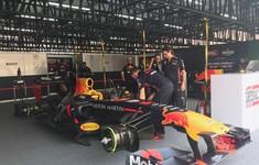 """VIDEO: Các kỹ sư đội Red Bull chuẩn bị cho chiếc xe F1 chạy thử tại sự kiện """"Khởi động F1 Việt Nam Grand Prix 2020"""""""