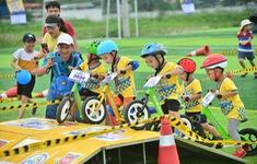 Những tay cua-rơ nhí tham gia đua xe đạp thăng bằng