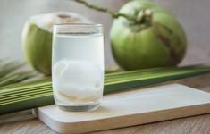 Chị em có nên uống nước dừa khi đau bụng kinh?