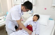 Bị ngã lúc tập xe đạp, bé trai 8 tuổi bị vỡ ruột non