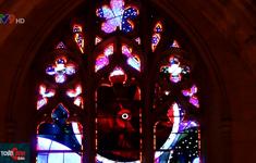 Cửa sổ nhà thờ đính đá Mặt trăng 3,6 tỷ năm tuổi