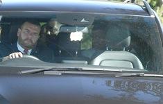 Hậu vệ đắt giá nhất lịch sử tươi cười bắt tay lãnh đạo Man Utd