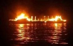Tàu bốc cháy ở ngoài khơi Indonesia, ít nhất 7 người thiệt mạng