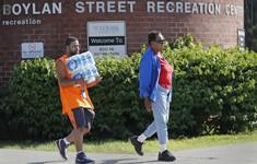 Mỹ phân phối nước đóng chai quá hạn cho người dân