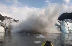2 nhà thám hiểm thoát chết trong gang tấc do băng tan