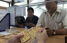 Hàng ngàn người dân Thủ đô tấp nập làm thẻ xe bus miễn phí