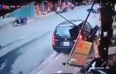Xe ô tô mất lái lao vào xe máy đỗ bên đường