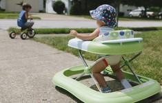 Rơi khỏi xe tập đi từ độ cao 1m, bé gái 8 tháng tuổi bị lún sọ não