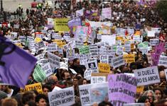 Hàng nghìn người tham gia biểu tình phản đối bạo hành phụ nữ tại Tây Ban Nha