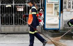 Thái Lan: Công nhân vệ sinh cõng cún quét rác