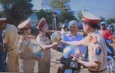 Cảnh sát giao thông tuýt còi người điều khiển xe máy để... tặng quà