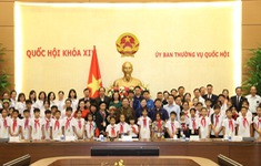 Tặng quà Trung thu cho học sinh mồ côi, khuyết tật vượt khó