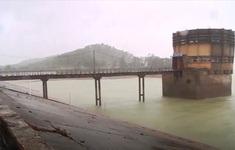 Chưa tính đến chuyện phá đập tràn bảo vệ đập chính của hồ Kẻ Gỗ