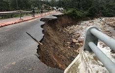 Nhiều tuyến quốc lộ qua miền Trung tắc nghẽn do ngập nước và sạt lở taluy