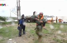Tấm thân ướt nhẹp của những chiến sĩ công an quên mình giúp dân trong mưa lũ