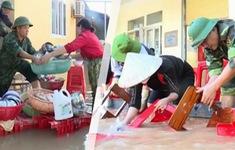 Quân đội hỗ trợ dọn dẹp trạm y tế, trường học sau lũ tại Hà Tĩnh