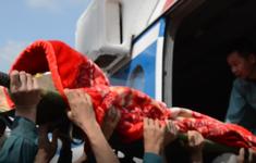 Trực thăng quân đội đưa 2 người dân ở vùng lũ Quảng Trị đi cấp cứu