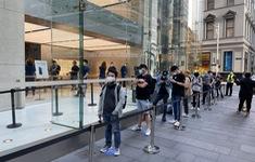 Bất chấp dịch COVID-19, dân tình vẫn xếp hàng dài chờ mua iPhone 12