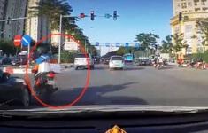 Vừa đi vừa nghe điện thoại, shipper bị ô tô đâm ngã lăn ra đường