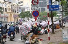 Nội thành Hà Nội lại ngập rác thải, bốc mùi 3 ngày chưa ai mang đi