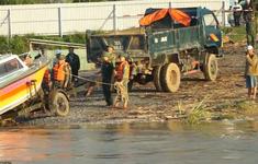 Giải cứu gần 20 công nhân mắc kẹt giữa dòng sông Trà Khúc